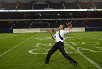 يعد أوباما إنسانًا أعسرًا حيث يستعمل يده اليسرى في الكتابة ليصبح أحد مشاهير العالم ممن يستخدمون اليد اليسرى وكان يفتخر بهذا الأمر
