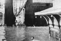صور نادرة للحرم المكي عام 1941 حيث اجتاحت السيول مكة المكرمة وغطت المياه الحرم ويصبح الطواف بالسباحة