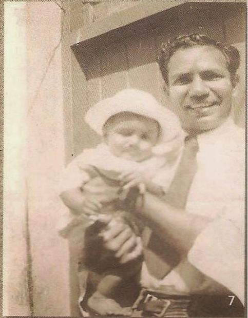 ولد أحمد ديدات في الـ 1 من يوليو بإقليم سورات بالهند عام 1918انتقل مع عائلته إلى جنوب أفريقيا وهو في التاسعة من عمره وفي ال16 من عمره بدأ أول عملٍ له كبائعٍ في متجر