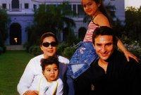 صورة تجمع سيف علي خان بزوجته السابقة وأبنائه منها
