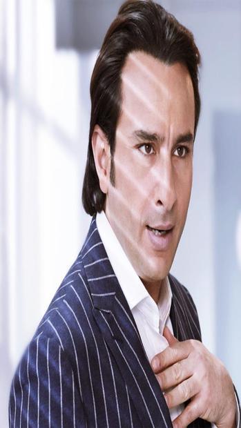 اسمه الحقيقي ساجد منصور علي خان من مواليد 16 أغسطس 1970، ولد في مدينة نيودلهي الهندية لأسرة مسلمة وله شقيقتان إحداهما تعمل في التمثيل والأخرى مصممة مجوهرات