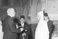 """وفي 11 يناير من عام 1944، قدم أعضاء الحركة الوطنية المغربية وثيقة الاستقلال إلى """"سلطات الحماية"""" بمباركة من محمد الخامس، ونتيجة لتمسكه باستقلال المغرب، اضطرت """"سلطات الحماية"""" إلى تنحيته ونفيه وأسرته خارج المغرب، وعيّنت سلطانًا صوريًا بدلا عنه."""