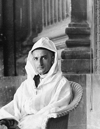 """محمد بن يوسف بن الحسن بن محمد.. جاء إلى الدنيا في مدينة فاس عام 1909، وهو أصغر إخوته، ومع ذلك تولى الحكم في 18 أغسطس 1927 خلفا لوالده، ولم يتجاوز الـ18 عاما، بسبب اتفاق جرى حينها بين """"الصدر الأعظم"""" المغربي والمقيم العام الفرنسي بتعيينه"""