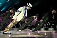 """ومن أشهر هذه الرقصات هي """"the moon walk"""" التي يتحرك خلالها بجسمه إلى الأمام بزاوية تصل لـ 45 درجة متحديًا الجاذبية وقدرته على الثبات لثوان خلال تقديم الرقصة"""