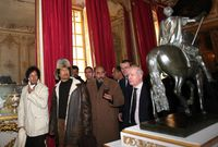 القذافي في أحد جولاته السياحية مرتديًا أزياء غير تقليدية خاصة غطاء الرأس الذي كان يضعه