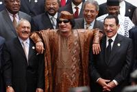 القذافي بين حسني مبارك وعلي عبد الله صالح بزي بني غير تقليدي في إحدى القمم العربية