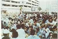 لكن الإيرانيون أصروا على مواصلة المسيرة وسط هتافات منددة ليقوم المتظاهرون بالتوجه إلى بيت الله الحرام وأخذوا يدفعون المواطنين بالقوة والعنف