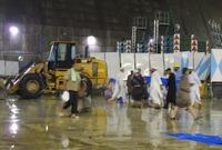 أصدرت المملكة بيانًا لتوضيح سبب سقوط الرافعة ذكر فيه أن العواصف الشديدة والرياح القوية والأمطار الغزيرة والحالة الجوية تسببت في سقوط الرافعة على جزء من المسعى بالمسجد الحرام