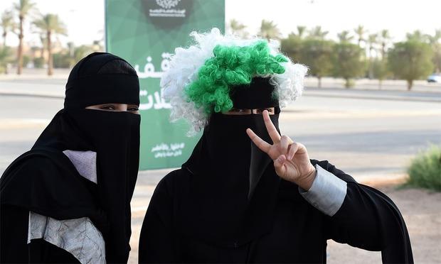 خلال العامين الماضيين، أصدر الملك سلمان العديد من الأوامر الملكية التي تمنح المرأة السعودية حقوقها وتحقق أحلامها، والتي كانت تمنعها التقاليد المحافظة في المملكة لعدة قرون، وهناك بعض الأشياء حدثت للمرة الأولى