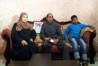 أسرة الشهيد محمد الدرة مع ابنها محمد الدرة الثاني