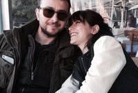 """ارتبطت عاطفيا عام 2014 بالمخرج والممثل التركي """"علي أتاي"""" الذي يكبرها بـ14 عاما وكان متزوج من قبل، وفاجأت """"هازال"""" جمهورها بقرارها الجريء بالإنتقال للعيش مع حبيبها"""