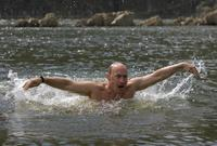 كما يعشق بوتين السباحة بشكل كبير ويقوم بممارستها بشكل منتظم ويقول عنها أنها أكبر أسباب حفاظه على لياقته وصحته وبنيته البدنية القوية
