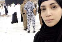 صورة لديانا حداد بالحجاب أثناء تواجدها أمام الكعبة المشرفة