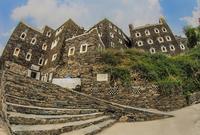 كما يوجد بها عدد من القرى التاريخية أبرزها قرية رجال ألمع والتي يعود تاريخها لأكثر من خمسة قرون