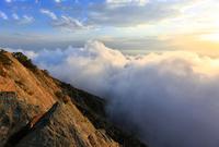 تتميز جبالها بارتفاعها الشاهق الذي يعلو السحاب ما يمنحك تجربة خاصة عند وجودك بها