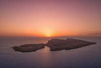 كما تمتلك عددًا من الجزر الخلابة قبالة سواحلها بالبحر الأحمر 