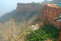 يوجد بالسودة مرتفعات جبلية جذابة تمثل وجهة سياحية للكثيرين حيث يمكن مشاهدة الأودية والقرى التي تقع في إقليم تهامة من فوق مرتفعاتها