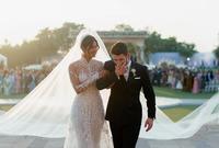 فستان الزفاف مرصع بمليوني قطعة لؤلؤ ووصل طول الطرحة 23 مترًا
