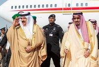 الملك سلمان مستقبلًا الشيخ حمد بن عيسى ملك البحرين