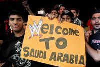 وحضر العرض مئات من السعوديين وسط حفاوة بالغة بالمصارعين أبطال العرض