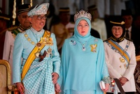 لقطات من مراسم تنصيب ملك ماليزيا الجديد في حفل بثه التلفزيون الماليزي في القصر الوطني حضره العشرات من الشخصيات البارزة،