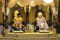وبعد إتمام دراسته الأكاديمية في الخارج، قرر العودة إلى ماليزيا والاستقرار بها، وتزوج من عزيزة أمينة ميمونة ابنه السلطان إسكندر الحاج وأنجبا 9 أبناء؛ 4 أولاد و5 بنات.