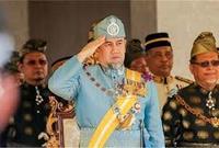 خلفًا للسلطان محمد الخامس الذي تنحّى بشكل مُفاجئ وغير مُتوقّع بعد عامين من الحكم، كأول سلطان يتنحى قبل انتهاء فترة ولايته،