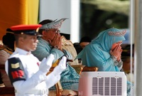 """ولكن دون التدخل في السياسة العامة للبلاد؛ إذ أن منصب الملك في ماليزيا """"شرفي"""" وتتركّز معظم الصلاحيات في يد رئيس الوزراء والحكومة."""