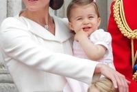 دوقة كامبريدج كيت ميدلتون مع ابنتها الأميرة شارلوت