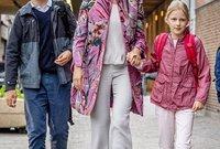 ملكة بلجيكا ماتيلا مع ولديها الأميرة اليونور والأمير غابريال
