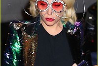 يظهر في أغانيها المصورة اهتمامها البالغ بالأزياء وخاصة الأزياء الغير مألوفة