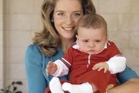 صورة مع والدته في طفولته