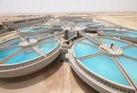 لكنها تعد أكبر دولة في العالم منتجة لمياه البحر المُحلاة حيث تنتج 1.3 مليار متر3 سنويًا من تلك المياه