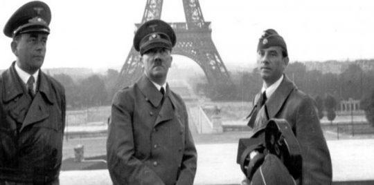 توفي لهتلر 4 أخوة وهم في سن الطفولة، وتوفي والده عندما كان عمره 14 عام وعاش على معونة للأيتام ومساعدة من والدته حتى توفيت والدته عندما كان في سن 18 عاماً