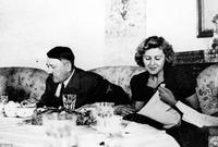 كان أول حب في حياته فتاة يهودية فعلاً.. لكنه لم يتحدث لها أبداً بسبب «خجله»