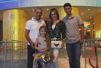 صور تجمع عائلة مصطفى الأغا هو وزوجته المذيعة مي الخطيب، وابنه كرم وابنته الصغرى ناتالي