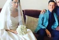 صور من حفل الزفاف بالزي الأول حيث ارتدت أمينة فيه فستان زفاف مميز وغطاء على رأسها بينما ارتدى أوزيل بدلة زرقاء