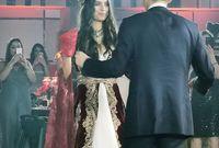 بينما ارتدت أمينة بعدها فستان زفاف مختلف كان باللون الأحمر وارتدى أوزيل بدلة سوداء