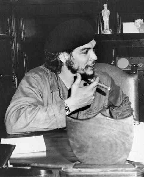 طبيب وكاتب وزعيم حرب العصابات وقائد عسكري ورجل دولة عالمي وشخصية رئيسية في الثورة الكوبية