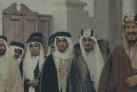 الملك عبد العزيز آل سعود وسط أبناءه