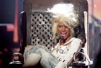 تعتمد ميناج في أغانيها على الظهور بأزياء جريئة واستخدامها كلمات جريئة أيضًا