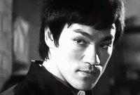 """في مراهقته، كان يواجه بعض الاضطهاد من قبل الطلاب البريطانيين لأصوله الصينية، كما انضم بعد ذلك لإحدى عصابات الشوارع، ولكن بدأ سلوكه ينضبط عندما دَرَس """"الكونغ فو"""" عام 1953 في """"هونغ كونغ""""."""
