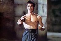 """كما درس الرقص، وأصبح ماهرًا فيه، وشارك بالعديد من المسابقات في الفنون القتالية في """"الكونغ فو"""" والتي بسببها أثار إعجاب الكثير من المنتجين السينمائيين فيما بعد، وشارك في مسلسلات وأفلام مختلفة حققت شهرته."""