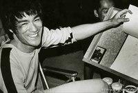 """قرر """"بروس لي"""" أن يمضي في طريق السينما بدلًا من تعليم فنون القتال، وبعد العديد من التجارب بحلول نهاية عام 1972، أصبح نجمًا سينمائيًا كبيرًا في آسيا، ثم شارك في إطلاق شركته الخاصة للإنتاج السينمائي"""