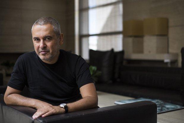 إيلي صعب، مصمم أزياء من مواليد 4 يوليو عام 1964، ولد في أحد ضواحي مدينة بيروت اللبنانية لأسرة تمتلك 5 أطفال كان هو أكبرهم