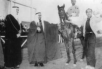 صورة نادرة تجمع بين الأمير بندر وبين الملك سلمان ملك السعودية في فترة شبابهما في ميدان الملز التاريخي بالرياض