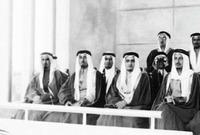صورة نادرة تجمع بين الأمير بندر وبين 3 ملوك حكموا المملكة هم الملك خالد والملك فهد والملك عبد الله