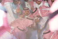 """الأمير """"فيصل بن بندر"""" أثناء الدفن"""