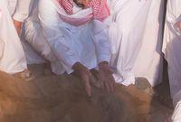 الأمير عبدالله بن بندر بن عبدالعزيز يشارك في دفن والده