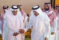 """الأمير """"أحمد بن عبدالعزيز"""" والأمير """"خالد الفيصل"""" وولي العهد الأمير """"محمد بن سلمان"""" بعد الأنتهاء من مراسم الدفن"""